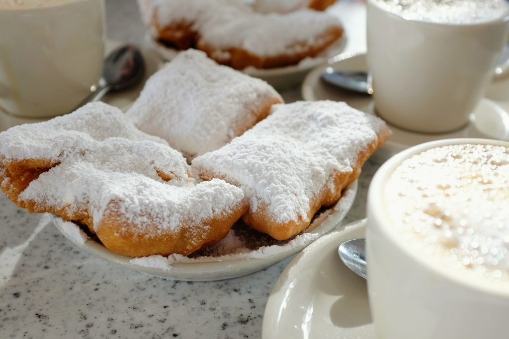 Beignets_and_Café_au_Lait_at_Café_du_Monde,_New_Orleans